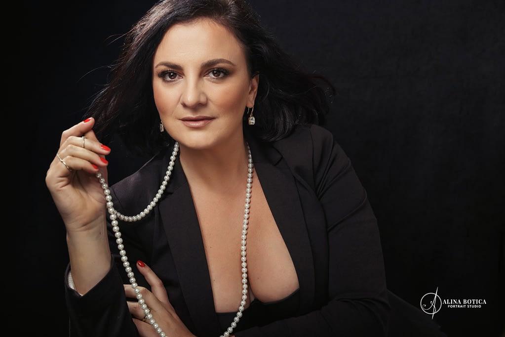 Roxana Domnica portret glamour cu perle si sacou de fotograf portret Alina Botica