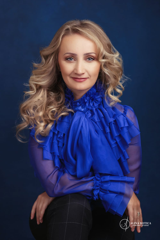 fotografie de portret de alina botica cu raluca leonte bluza albastru electric cu volane