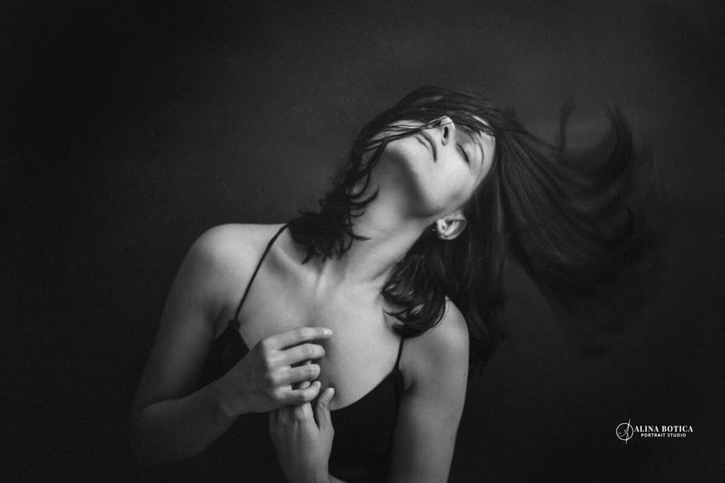 fotografie alb negru dans Campania RawYou_Fotograf portret boudoir Alina Botica_2020_ (4)